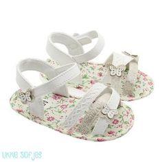 Vrolijke zomerse Baby Sandaaltjes met een vlindertje op het bandje. Het  schoentje is wit met 441de76021