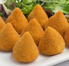 Coxinha Especial para Delicatessem  coxinha-f8-1610 Ingredientes:  1 litro de caldo de frango;  150 g de margarina;  200 g de batatas cozidas (amassadas);  1 tablete de caldo de galinha;  3 colheres (sopa) de requeijão cremoso;  2 colheres (sopa) de salsinha (picada);  ½ xícara (chá) de peito de frango (triturado);  400 g de farinha de trigo.