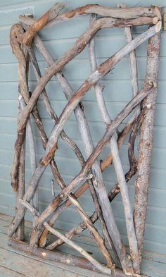 Rustikale Stickwork Garden Gate: Dieses Tor ist sorgfältig entworfen mit den interessantesten Informationen über die natürlichen Materialien.