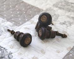 Orientalisk trä knopp dekorerad