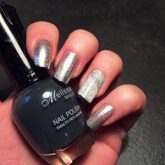 nail art metallizzata con french nera e il dito anulare decorato con il dotter