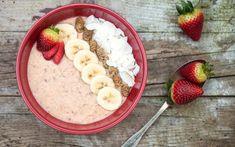 Porridge de avena con leche de soja, fresas, plátano y coco