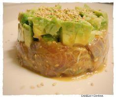 Receta fácil de tartar de salmón y aguacate. Explicada paso a paso con fotografías y útiles consejos.