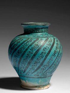 """VASE MAMELOUK EN CÉRAMIQUE, SYRIE, FIN DU 13E SIÈCLE - Vase balustre, à court[...], mis en vente lors de la vente """"Arts d'Orient"""" à Artcurial   Auction.fr"""