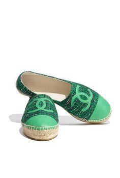 Espadrilles, agneau & tweed-vert fonce & vert - CHANEL RTW SS 2017 #Chanel #DataCenterChanel #SpringSummer2017 #SS17 #KarlLagerfeld | Visit espritdegabrielle.com L'héritage de Coco Chanel #espritdegabrielle