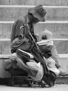 Um morador toma notas atrás da Embaixada da França em Buenos Aires, Argentina