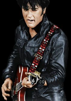 Elvis Presley concert dressed in black leather - Bing images Lisa Marie Presley, Priscilla Presley, Beautiful Voice, Most Beautiful Man, Elvis Guitar, Rock And Roll, Elvis 68 Comeback Special, Elvis Presley Pictures, Punk