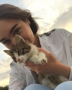Cute Little Animals, Baby Animals, Pretty Cats, Cute Cats, Cat Icon, Cute Girl Poses, Cute Girl Face, Cute Love, Cats And Kittens