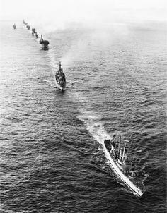 Vista aérea de la fragata HMS Andromeda, el destructor HMS Bristol (convertido en buque escuela tras la guerra) y el portaaviones ligero HMS Invincible (que luego participó de las guerras de Yugoslavia e Irak) luego de la rendición argentina (Imperial War Museums)