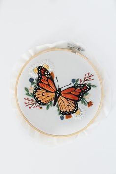 Dmc Embroidery Floss, Butterfly Embroidery, Embroidery Flowers Pattern, Creative Embroidery, Simple Embroidery, Hand Embroidery Designs, Cross Stitch Embroidery, Embroidery Ideas, Embroidery Floss Projects
