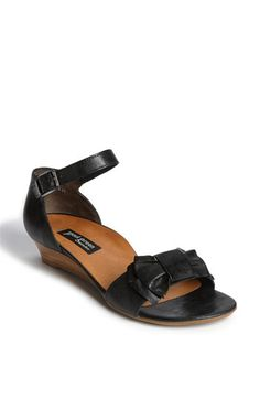 these might be the perfect black sandal for summer and they have awesome arch support!