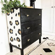 Monitor leopard print home decor accessorie. Decor, Leopard Print Wallpaper, Home Decor Accessories, Leopard Bedroom Decor, Furniture Diy, Chest Of Drawers Inspiration, Print Wallpaper, Home Decor, Wallpaper Furniture