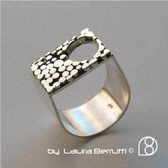 Sterling anillo con diseño de ventana y punto circular