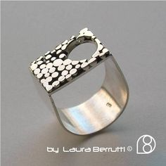 Sterling anillo con diseño de ventana y punto circular Más