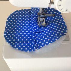 chaussons pour bébé. DIY, tutoriel pas à pas. Baby Couture, Alaia, Michael Kors Hamilton, Sewing, Crafts, Bags, Baby Shoes Tutorial, Fuzzy Slippers, How To Make Crafts