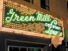 Green Mill Cocktail Lounge - Al Capone and other gangsters used to hang here in the but these days it's all about the music. Owner Dave Jemilo, who returned the club to its ori Chicago Attractions, Chicago Hotels, Chicago Travel, Chicago Restaurants, Comedy In Chicago, Chicago Movie, Chicago Bars, Before I Sleep, Live Jazz