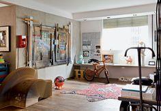 A obra do grafiteiro Zezão destaca-se na coluna de concreto ao lado de outras peças de arte e de design. No chão, tapete persa recortado em forma de animal - Fotos Otavio Dias