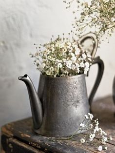 rustic-baby's-breath in old pewter like tea pot.the subtle texture on the pewter surface, the patina of the wall and wood, the contrast between the flowers and the hard substances. Country Decor, Farmhouse Decor, Country Living, Vibeke Design, Deco Floral, Antique Decor, Antique Pewter, French Country House, Shabby Vintage