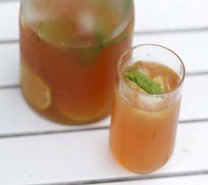 Ett glas iste med rikligt med isbitar.