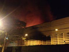 São Paulo: Incêndio atinge galpão na Lapa, na zona oeste de São Paulo
