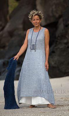 Tenue tropicale femme: tunique en voile de lin bleu et pantalon blanc large