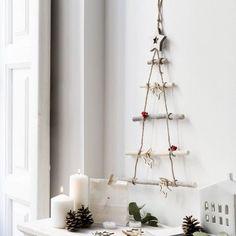 Dale a tu hogar un toque rústico y original con el árbol colgante en blanco. Una preciosa decoración de troncos de madera natural para colocar en la pared. Christmas 2019, Christmas Crafts, Christmas Tree, Christmas Ornaments, Xmas Table Decorations, Navidad Diy, 242, Plant Hanger, Crafty