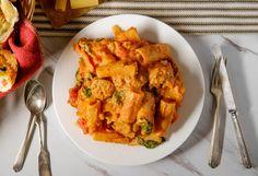 La Pasta alla Zozzona è un primo piatto tipico della cucina romana preparato con salsiccia, guanciale, pecorino, uova e polpa di pomodoro. Ecco la ricetta! Sauce Marinara, Fettuccine Alfredo, Sauce Tomate, Cauliflower, Curry, Spaghetti, Meat, Chicken, Vegetables