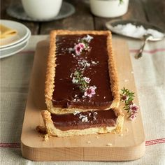 Tarta crujiente de dos chocolates con un toque de sal