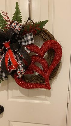 Diy Valentines Day Wreath, Valentine Gift Baskets, Valentines Day Decorations, Valentine Day Crafts, Valentine Heart, Wreath Crafts, Diy Wreath, Door Wreaths, Disney Diy Crafts