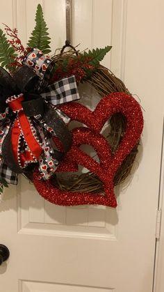 Diy Valentines Day Wreath, Valentines Day Decorations, Valentine Crafts, Disney Diy Crafts, Valentine's Day Diy, Valentine Heart, Diy Wreath, Hugs, Hearts