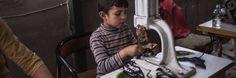 Syrische kindvluchtelingen zouden in Turkse fabrieken tewerkgesteld worden om er kledij te maken voor grote Europese kledingmerken zoals Marks & Spencer, ASOS, Zara en Mango.Dit bewe