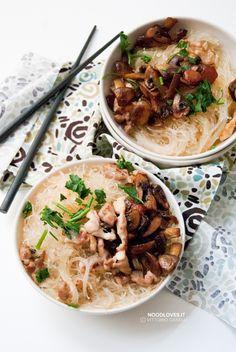 Noodles in brodo di pollo e funghi rosolati alla salsa di soia Una zuppa dall'atmosfera orientale, ma dal sapore che ti riscalda l'animo!  La ricetta su http://noodloves.it/noodles-in-brodo-di-pollo-funghi/  #Noodles #Brodo #Pollo #Funghi #Zuppa #FattoinCasa #ComfortFood #Fusion #MangiaeBevi #Buonissimo