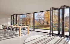Met Solarlux vouwwanden wordt binnen en buiten één. De glazen vouwwand kan eenvoudig geopend worden en het vele glas geeft een geweldige lichtinval in uw woning. In vergelijking met openslaande tuindeuren heeft u zo een maximale gevelopening.