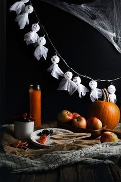 DIY Halloween decorations are a fabulous way to decorate your home in October in a unique and creative way. These 31 projects are simple but spooky ways to add some Halloween decor to your home! DIY crafts are the perfect way to keep the kidsRead Plat Halloween, Adornos Halloween, Halloween Ghosts, Halloween 2020, Holidays Halloween, Vintage Halloween, Halloween Crafts, Happy Halloween, Samhain Halloween