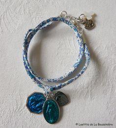 Bracelet Marie sur ruban petites fleurs bleues