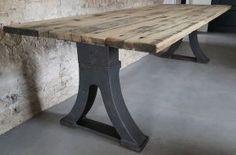 Tafel industrieel vintage met oude gietijzeren poten en tafelblad van oud eiken wagondelen