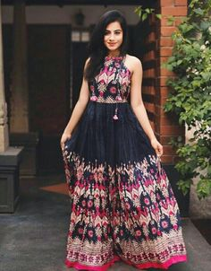 Top 9 Dussehra Outfits Inspirations That Are Trending in 2019 - AmigurumiHouse Kurti Designs Party Wear, Kurta Designs, Stylish Dresses, Casual Dresses, Fashion Dresses, Indian Designer Outfits, Designer Dresses, Indian Dresses, Indian Outfits