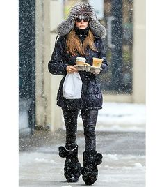 The temperatures might have plummeted to new depths in NYC, but a little bit of snow isn't going to put Olivia Palermo off her fashion stride. The beauty managed to look her usual chic self dressed in head to toe winter wear. Apres Ski Mode, Mode Au Ski, Street Look, Street Style, Crazy Girls, Winter Trends, Oliva Palermo Style, Olivia Palermo Winter Style, Outfits Winter