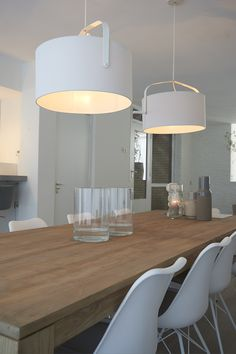 Dinning table idea with hanging lights above a wooden table. My Living Room, Home And Living, Cosy Kitchen, Dinner Room, Piece A Vivre, Interior Decorating, Interior Design, Wood Interiors, Dining Furniture