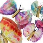 vlinders; papieren zakdoekjes inkleuren met stiften over gaan met een nat penseel