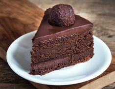 This chocolate ganache recipe is so easy. Pour hot cream over chocolate and whisk to make glaze, frosting or drips! Ganache is a chocolate dessert staple! Perfect Chocolate Ganache Recipe, Chocolate Ganache Frosting, Chocolate Glaze, Chocolate Desserts, Ganache Cake, How To Make Chocolate, Making Chocolate, Dessert Dips, Yogurt Cake
