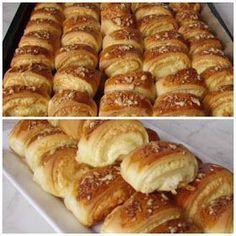 Sajtkrémes háromszögek Lehet bármi mással is tölteni. A hozzávalók : 1 kg liszt . Salty Snacks, Yummy Snacks, Yummy Food, Cookie Recipes, Dessert Recipes, Desserts, Bagels, Croation Recipes, Bread Dough Recipe