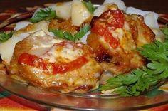 Блюда из свинины  1. Свинина по-особому.  Ингредиенты:  - 800 гр филе свинины - 2 шт помидор - 2 шт лука репчатого - 100 гр сыра - 100 гр сливок 20%  Для маринада: - 2 ст. ложки соевого соуса - 2 ст. ложки масла оливкового - 2 ст. ложки сока лимона  Приготовление: 1. Свининку моем, режем на куски толщиной 1 см и маринуем 2 часа. 2. На сухой сковороде, на большом огне припекаем кусочки мяса (по 1-2 минуте на каждой стороне). 3. В жаропрочную посуду выкладываем: порезанный лук, кусочки мяса…
