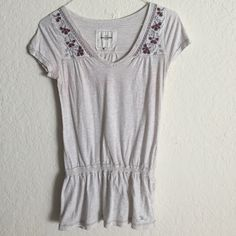 Cute abercrombie flowered shirt Cute abercrombie flowered shirt in light grey very well kept Abercrombie & Fitch Tops Tees - Short Sleeve