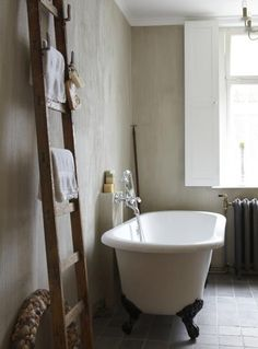 Free standing bath should not be placed near wall!