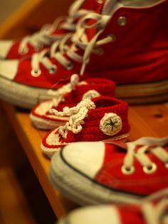 Chaussons-baskets rouges pour bébé au crochet en fil Natura de DMC