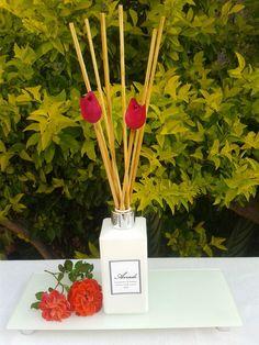 Aromatizador de ambiente <br>1 vidro branco 250 ml <br>Opção de essência; flor de cerejeira e flor de laranjeira <br>7 varetas <br>2 tulipas rosa