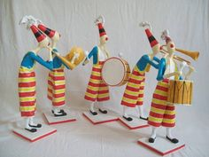 Esculturas em papel de palhaços músicos. São cinco instrumentistas: corneta, bumbo, tambor, piston e pratos, 120,00 cada. R$ 120,00
