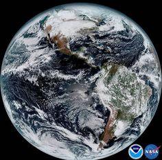 #BOANOITE Esta imagem condensa várias tomadas feitas pelo novo satélite meteorológico americano, o GOES-16. Na foto, pode-se ver as Américas e os oceanos ao seu redor. O GOES-16 circunda a Terra a uma altura de cerca de quase 36 mil quilômetros.  Crédito: NOAA/NASA #Satélite #Nasa #Tempo #Meteorologia #Americas #AmericaDoSul #AmericaDoNOrte #Oceanos #OceanoAtlântico #OceanoPacífico #Planeta #Terra #Espaço