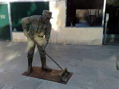 Estatua homenaje a los operarios del servicio de limpieza (Torrelodones)